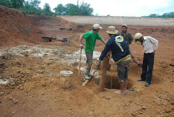 Với phương pháp tưới truyền thống, nguồn nước đang ngày một cạn kiệt